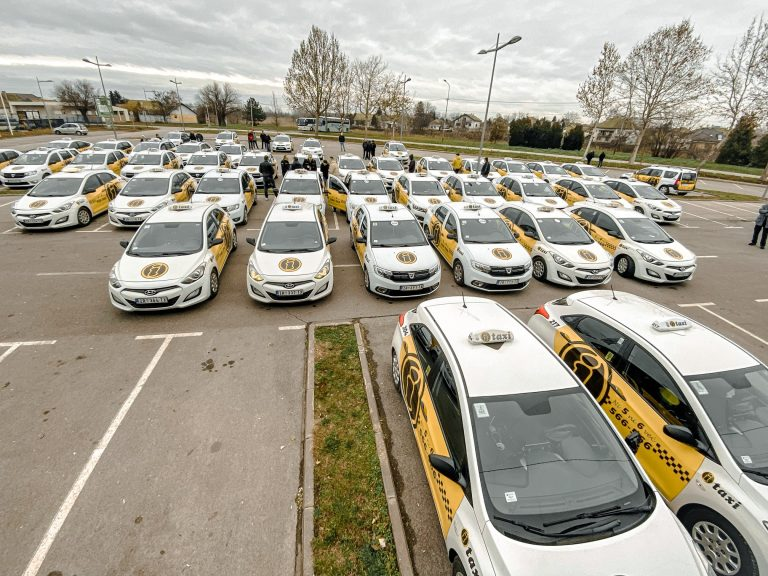 Naša flota udobnih, novih i dobro opremljenih vozila je spremna da vas bezbedno preveze na svaku željenu destinaciju